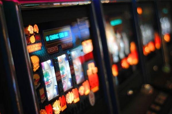 Perbedaan Antara Permainan Slot Online dan Slot Offline